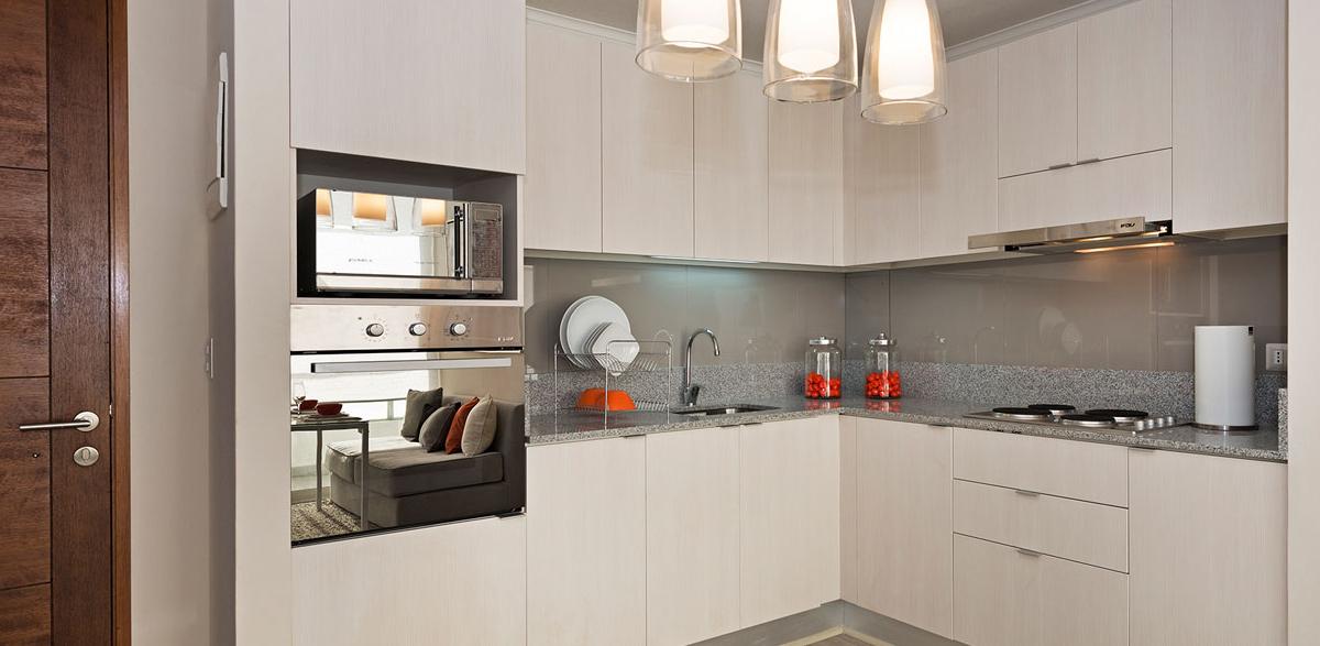 Muebles de cocina con cubierta de granito y muro de porcelanato
